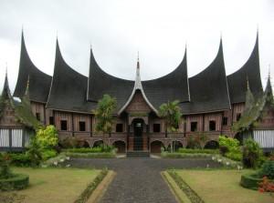 Rumah-Gadang-Arsitektur-Rumah-Aman-Gempa-580x433