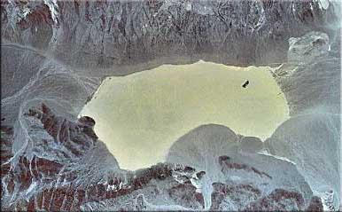 Racetrack Playa (Lembah Racetrack) tampak dari atas dengan foto satelit