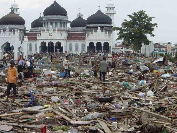 Tsunami_Aceh_4_by_SkullSuck