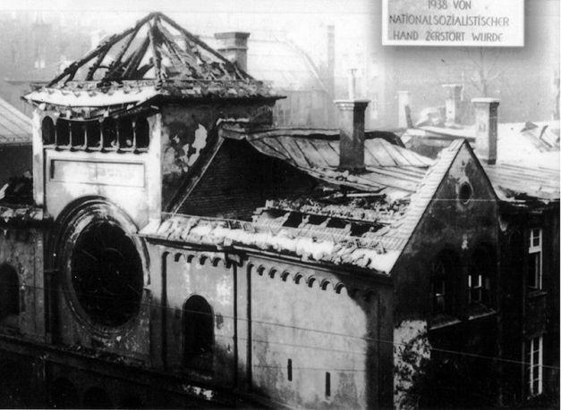 Sebuah sinagog (tempat beribadah Zionis Yahudi) yang dibakar pada tanggal 10 November 1938 di Munich.