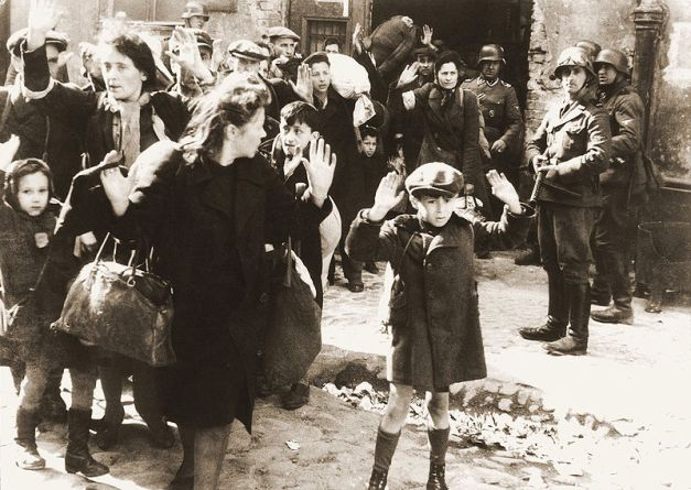 Yahudi yang ditangkap dan ditarik keluar secara paksa dari sebuah bungker oleh tentara Jerman selama terjadinya pemberontakan Ghetto Warsawa. Foto ini berasal dari laporan Jurgen Stroop kepada Heinrich Himmler.