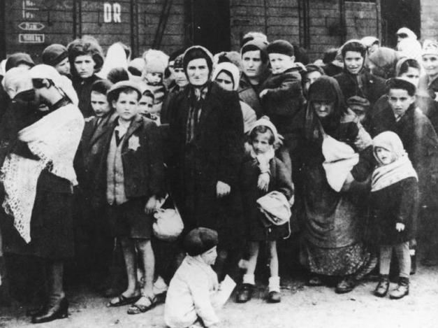 Kedatangan Yahudi Hungaria di kamp konsentrasi Auschwitz pada musim panas 1944. Jutaan orang, sebagian besar umat Yahudi, dibunuh oleh Jerman Nazi dalam peristiwa ini.