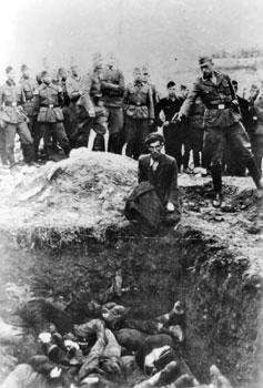 Seorang anggota Einsatzgruppe D akan menembak seorang Yahudi yang berlutut di sebuah kuburan massal di Vinnitsa, Ukraina SSR, Uni Soviet, pada tahun 1942. Foto ini bertuliskan: Yahudi terakhir di Vinnitsa.