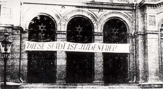 """Sebuah Sinagog di kota Bydgoszcz, Polandia yang bertuliskan: """"Kota ini bebas Yahudi""""."""