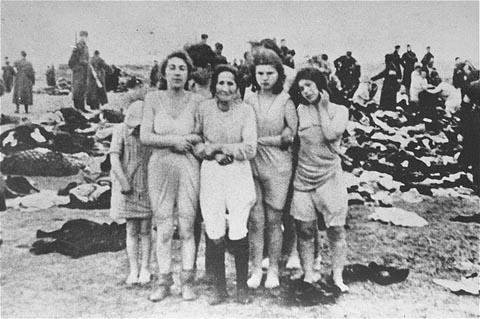 Pembunuhan massal 2.749 orang Yahudi di pantai dekat kota Liepāja, Latvia pada tanggal 15 hingga 17 Desember 1941. Para wanita di dalam foto dipaksa untuk membuka pakaian dan kemudian berpose ke kamera.